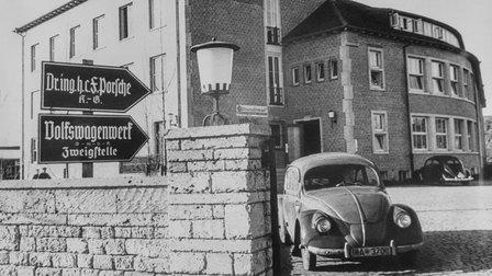 Porsche 1939: Im Vordergrund ein Volkswagen-Prototyp der Serie W30 von 1937, im Hintergrund der Nachfolgetyp VW38 von 1938
