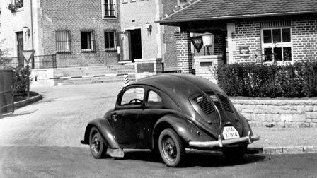 Porsche 1940: Haupteingang und im Vordergrund ein VW 30